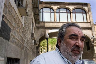 El arquitecto Eduardo Souto de Moura, delante de la biblioteca de Cataluña, en una foto de 2007.- TEJEDERAS