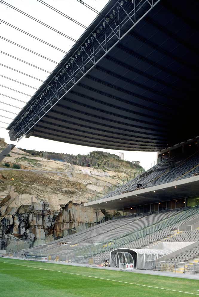 Estadio municipal de Braga (Portugal), adosado a una cantera natural, obra del arquitecto portugués. CHRISTIAN RICHTERS
