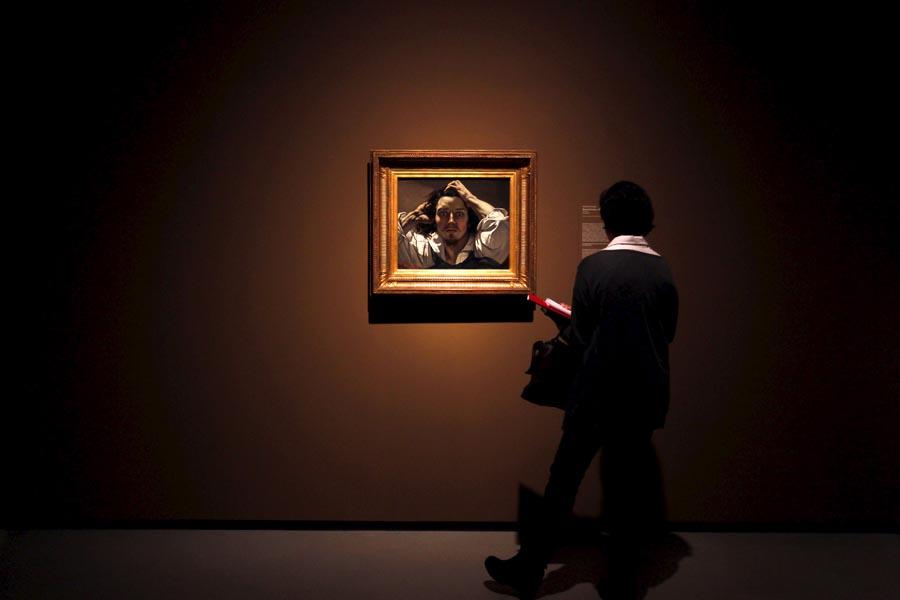 """Una persona contempla la obra """"Retrato del artista"""" o """"El desesperado"""" de Gustave Courbet, que se muestra en la exposición """"Realismo(s). . EFE / MARTA PÉREZ"""