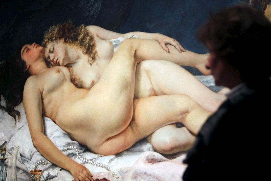"""Una persona contempla la obra """"El sueño"""", """"Las dos amigas"""" o el oleo también llamado """"Pereza y lujuria"""" de Gustave Courbet, que se muestra en la exposición """"Realismo(s). La huella de Courbet"""", EFE / MARTA PÉREZ"""