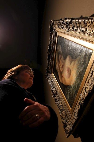 """Una visitante observa la obra """"La mujer de la ola"""" de Gustave Courbet, que se muestra en la exposición """"Realismo(s). La huella de Courbet"""". EFE / MARTA PÉREZ"""