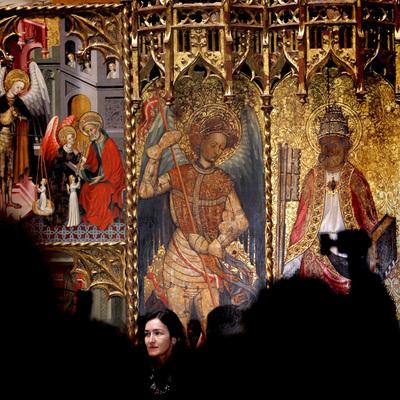 La ministra de Cultura, Ángeles González-Sinde, ante el gran retablo gótico de San Miguel y San Pedro, de Jaume Cirera y Bernat Despuig, que junto a otro de San Miguel, de Joan Mates, se han presentado esta mañana en el Museo Nacional de Arte de Cataluña (MNAC). ALBERTO ESTÉVEZ / EFE