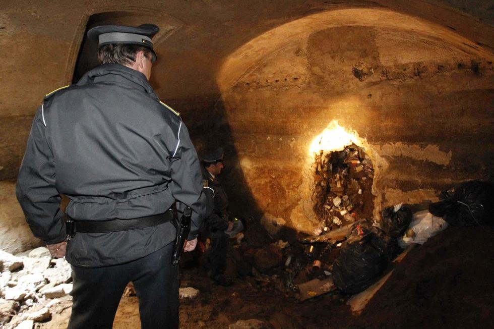 Algunos bolsos de basura habían sido abandonados incluso dentro del mausoleo romano del siglo II después de Cristo.