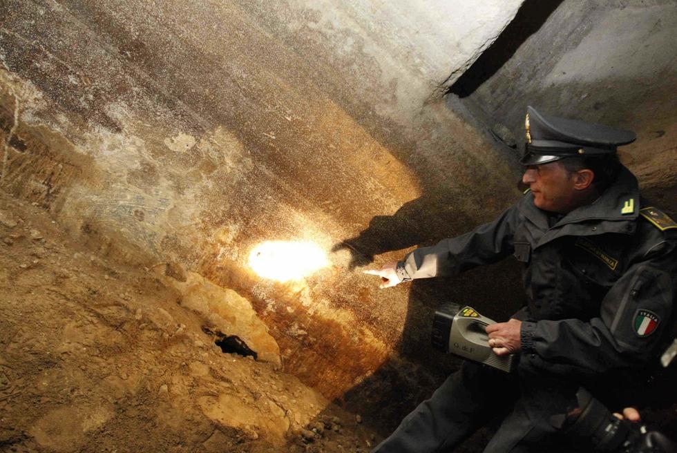 En el interior del mausoleo los policías han hallado restos de estucos y decoraciones.