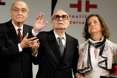 El escritor portugués, José Saramago ( izda); el escritor argentino, Ernesto Sábato (centro), y Elvira González Fraga, en un homenaje al argentino en 2004.