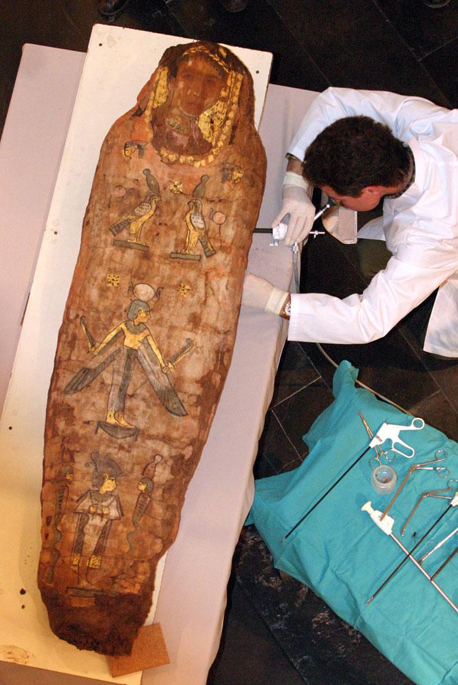 En esta foto de archivo se aprecia la autopsia a la momia del Museo Egipcio de Barcelona conocida como la Dama de Kemet, con uno de los característicos retratos del Fayum. JOAN SÁNCHEZ