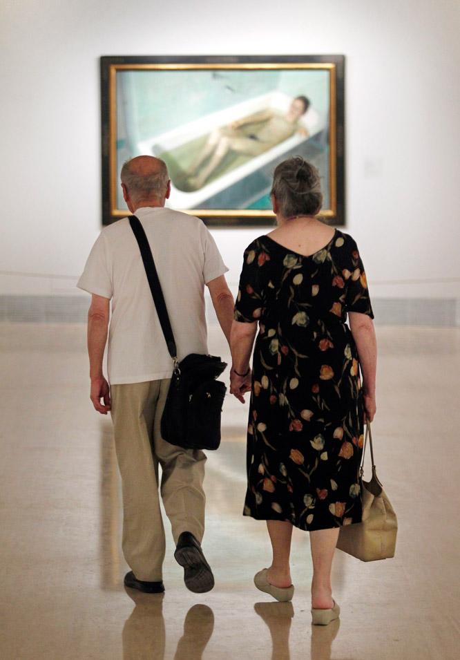 Antonio López y su esposa María Moreno, frente a la obra La mujer en la bañera.- GORKA LEJARCEGI