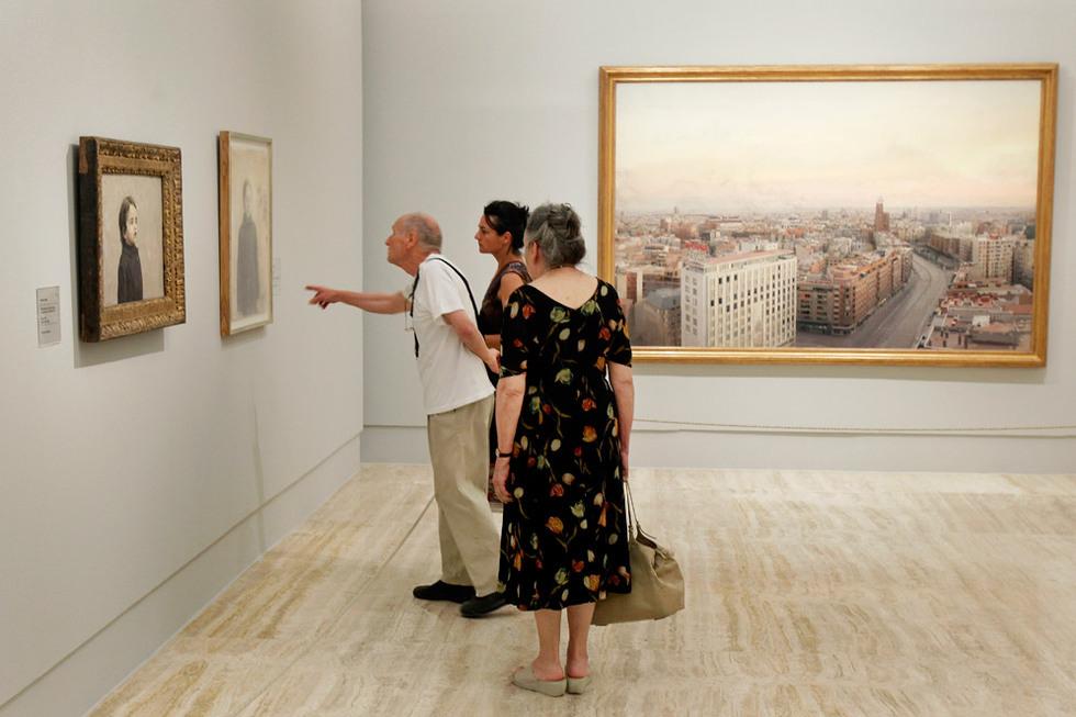 El pintor, junto a su esposa María y una de sus hijos, señala uno de los cuadros que componen la exposición en el Museo Thyssen-Bormemiza de Madrid. GORKA LEJARCEGI