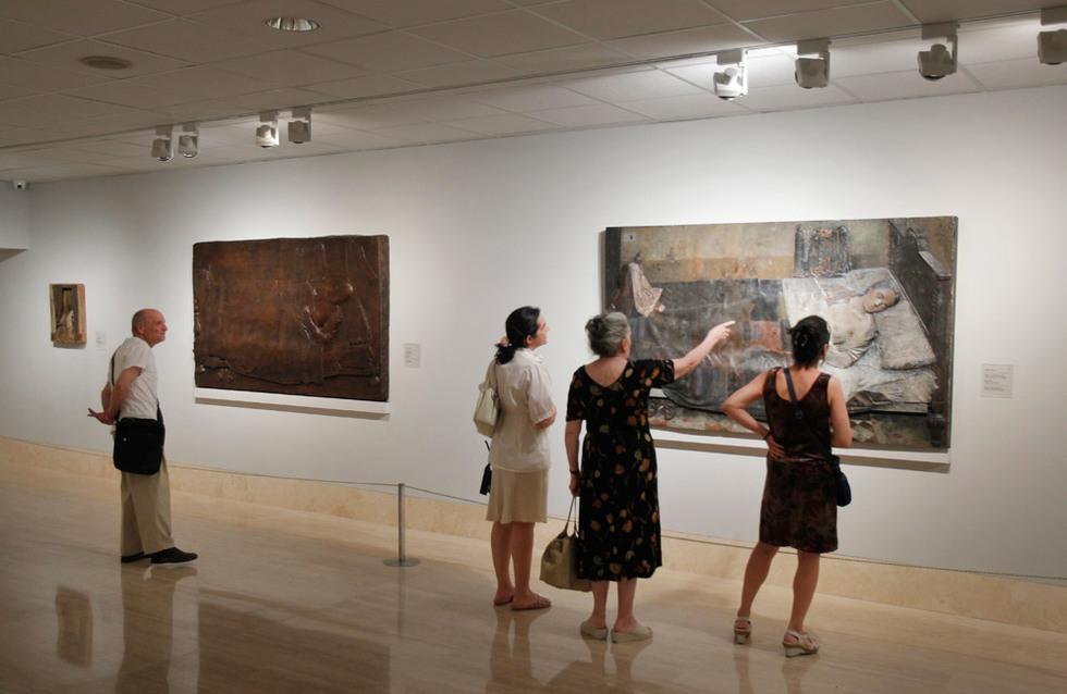 El pintor visitó junto con toda su familia la exposición días antes de la inauguración de la muestra.. GORKA LEJARCEGI