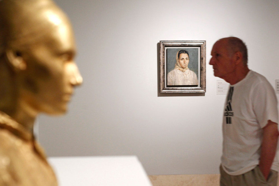 El pintor Antonio López ultima los detalles de la exposición día antes de la inauguración.GORKA LEJARCEGI