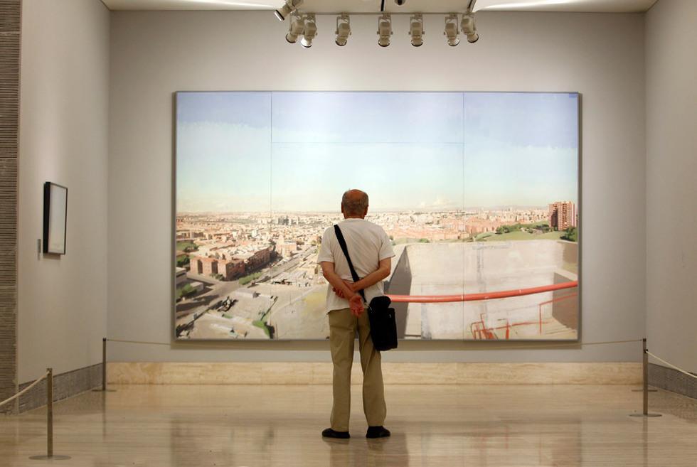 Antonio López observa el cuadro Madrid desde Vallecas que adquirió la Asamblea de Madrid. GORKA LEJARCEGI