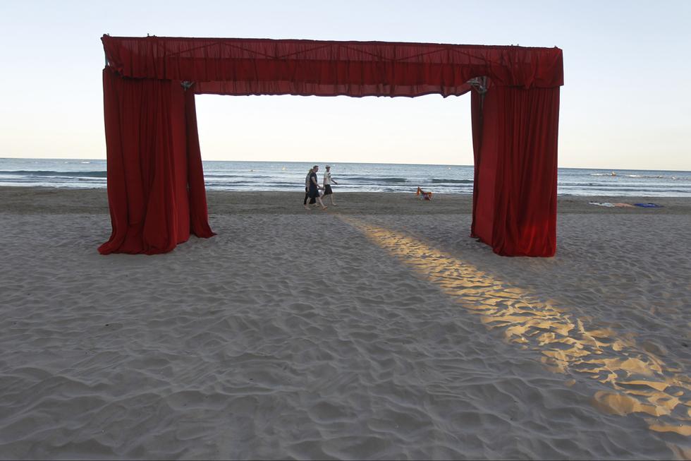 El escenario, en la playa