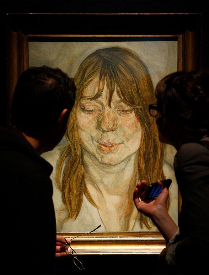 Sonrisa femenina. Varios visitantes contemplan la pintura 'Mujer sonriendo', durante una presentación fotográfica en la sala Christie's, en Londres. AKIRA SUEMORI (AP)