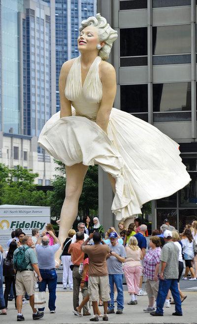 Turistas fotografían la estatua de ocho metros de altura de Marilyn Monroe en Chicago.- TANNEN MAURY (EFE)