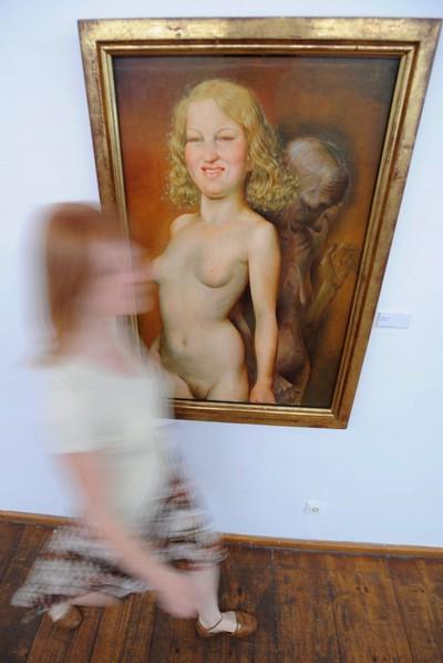 Una mujer pasa por delante de la obra 'Vanitas', del pintor alemán Otto Dix, en el Museo de Arte Moderno de Passau (Alemania).- EFE (Archivo)