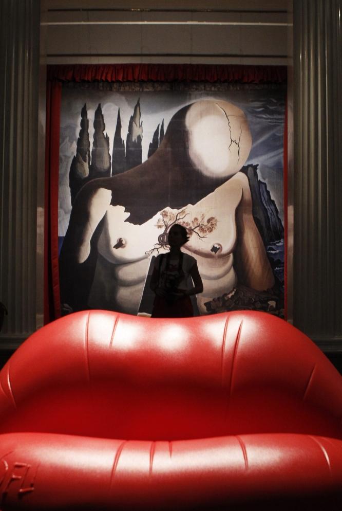 En boca a Dalí. Un visitante, en la exposición dedicada a Salvador Dalí en el Museo Pushkin de Moscú. SERGEI KARPUKHIN (REUTERS)