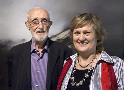 El escritor y economista José Luis Sampedro (i), acompañado por su esposa, la también escritora Olga Lucas, a su llegada a la Fundación Juan March, donde repasaron su trayectoria vital e intelectual.- CARLOS ROSILLO