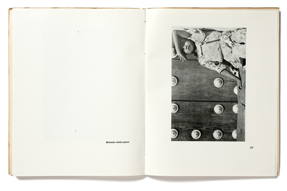 Pages from the photo book 'Fotografías'