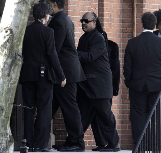 Stevie Wonder entra en la iglesia baptista de New Hope. / JUSTIN LANE (EFE)