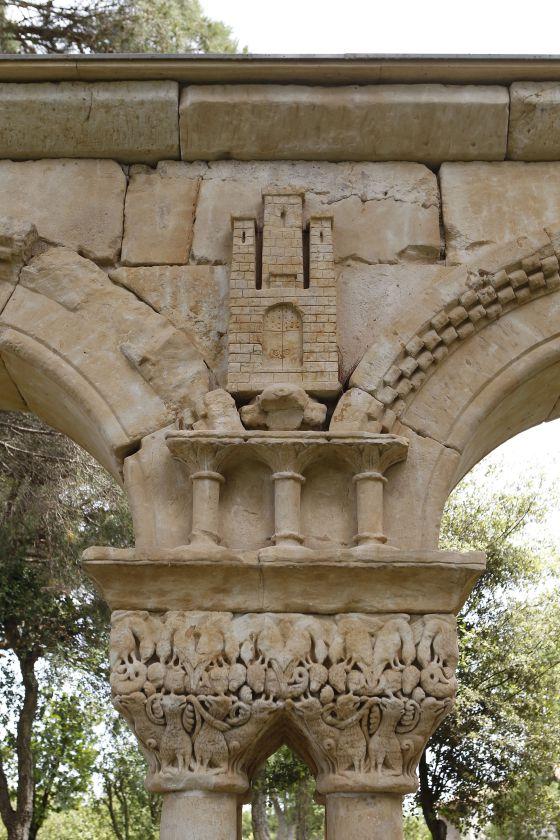 Detalle del castillo de rey Alfonso VIII (1155-1214) representado en una de las arcadas del claustro. / MARCEL·LI SAÈN