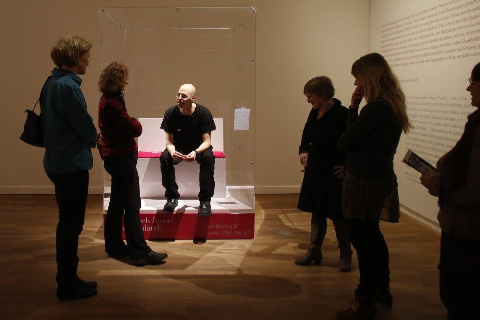 Ido Porat, uno de los 'Judíos en una vitrina', pieza de la polémica exposición del Museo Judío de Berlín. / Markus Schreiber (AP