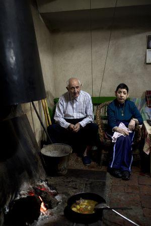 Felipe Ferreiro y su hija Carmen, en la cocina de la que fue venta de la Inés y antes del Alcalde, en el valle de Alcudia. / NAVIA