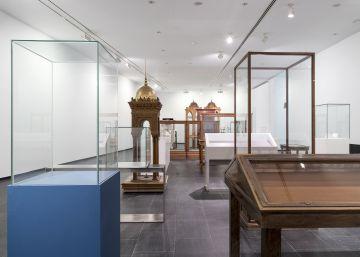 Un museo con las vitrinas vacías