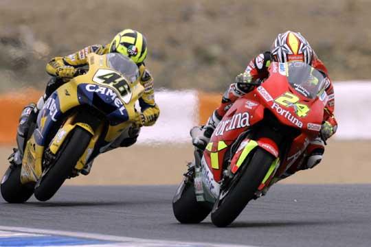 Toni_Elias_adelanta_Valentino_Rossi_GP_Estoril.jpg