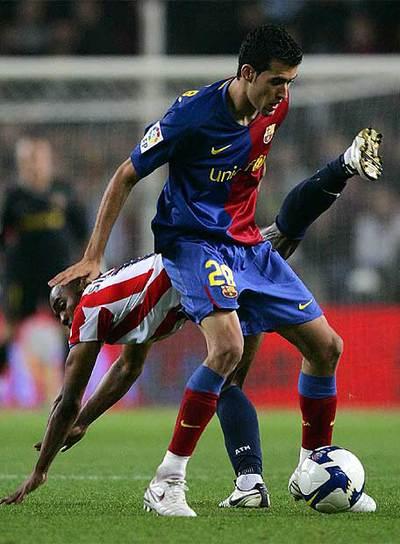 http://www.elpais.com/recorte/20081222elpepudep_12/LCO340/Ies/Busquets_controla_balon_oposicion_Sinama-Pongolle_partido_Barcelona-Atletico_Madrid.jpg