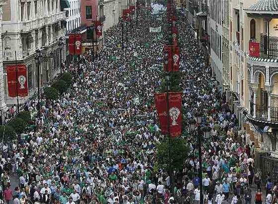 Los seguidores del Betis en las calles de Sevilla