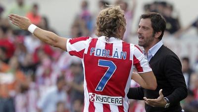 http://www.elpais.com/recorte/20110228elpepudep_38/XXLCO/Ies/Forlan_Quique_Flores_durante_partido_estadio_Calderon.jpg