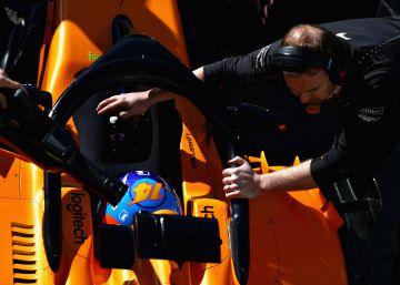 El McLaren de Alonso vuelve a pararse por una fuga de aceite