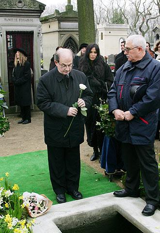 Salman Rushdie junto a la tumba de Susan Sontag