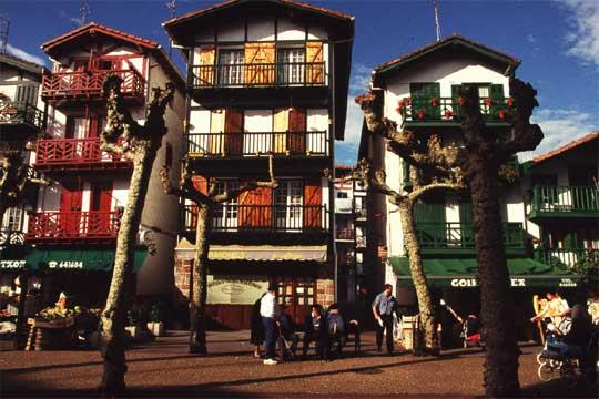 Casas de t pica arquitectura vasca en hondarribia - Arquitectura pais vasco ...