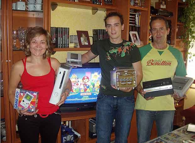 Una familia enseña sus consolas