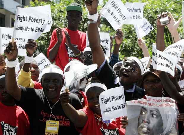 Manifestación de participantes del Foro Social Mundial ante la sede de la Unión Europea en Nairobi (Kenia)- REUTERS