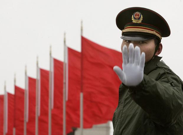 Un soldado que hace guardia en la plaza de Tiananmen