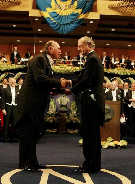 http://www.elpais.com/recorte/20070331elpbabese_2/LCO340/Ies/Imre_Kertesz_recibe_Premio_Nobel_Literatura_2002.jpg