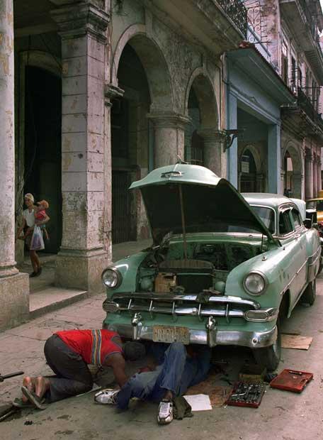 """Fotos del """"Mar de Felicidad"""" de los cubanos en la isla. Cubanos_reparan_coche"""