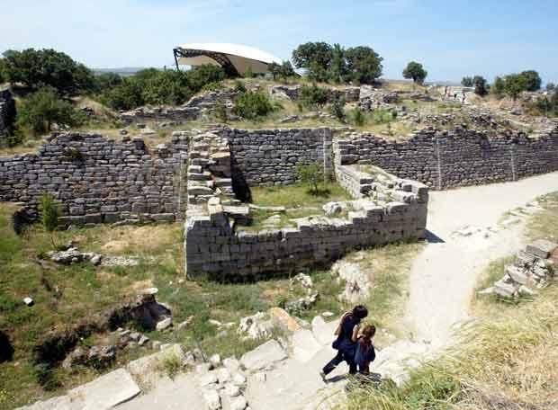 Dos visitantes transitan entre las ruinas de la muralla
