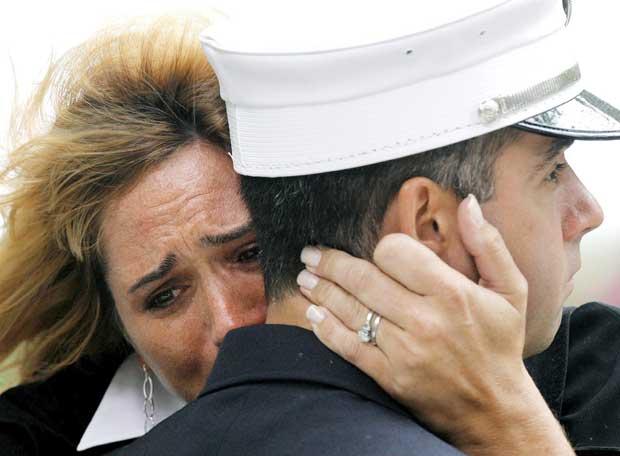 http://www.elpais.com/recorte/20070912elpepiint_3/XXLCO/Ies/mujer_llora_abrazada_bombero_Nueva_York.jpg