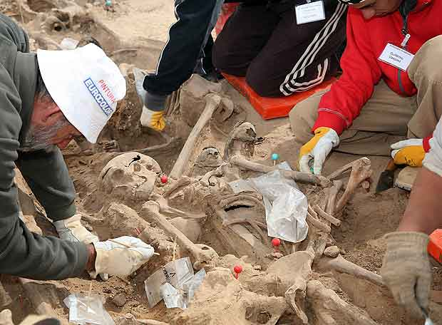 Imagen de la exhumación de un cadaver en una fosa común