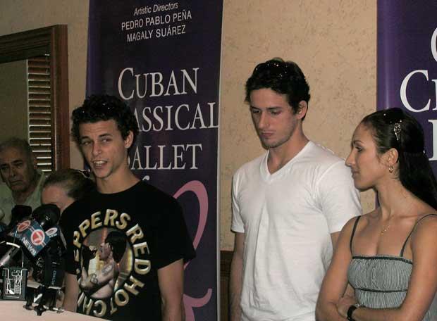 Los bailarines cubanos Taras Dimitro, Miguel Ángel Blanco y Hanya Gutiérrez