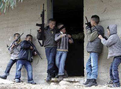 Niños palestinos en Jenin (EL PAÍS 22-12-07, fuente Reuters)