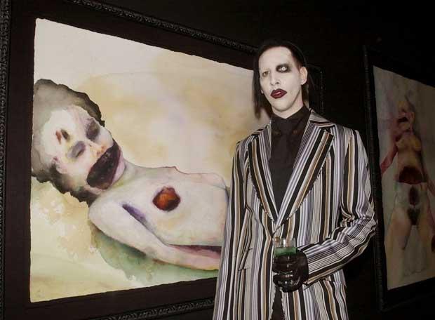 Marilyn Manson en 2002 con una de sus pinturas