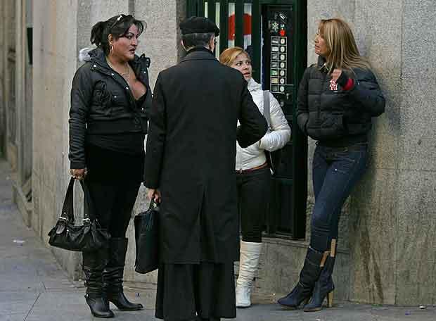 prostitutas semidesnudas en la calle chulo de prostitutas