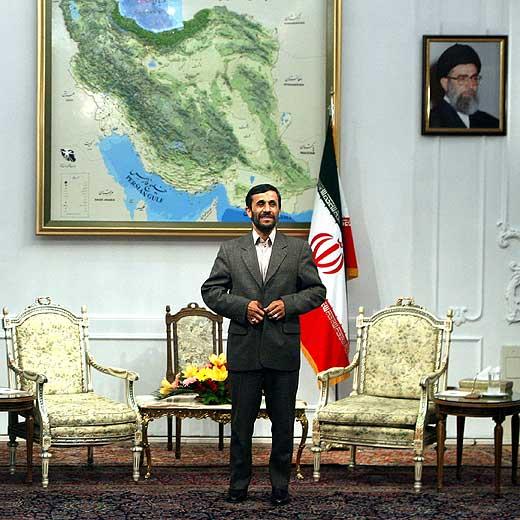 Ahmadineyad posa junto a un mapa de Irán