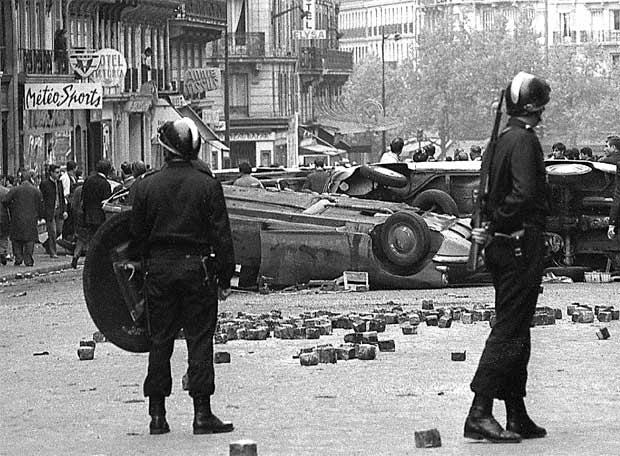 La policía vigila junto a una barricada en París en mayo de 1968