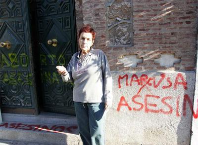 Empar Pineda, portavoz de Isadora muestra una piedra lanzada en un ataque contra la clínica- BERNARDO PÉREZ