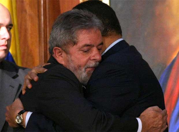 Lula Da Silva abraza a Hugo Chávez
